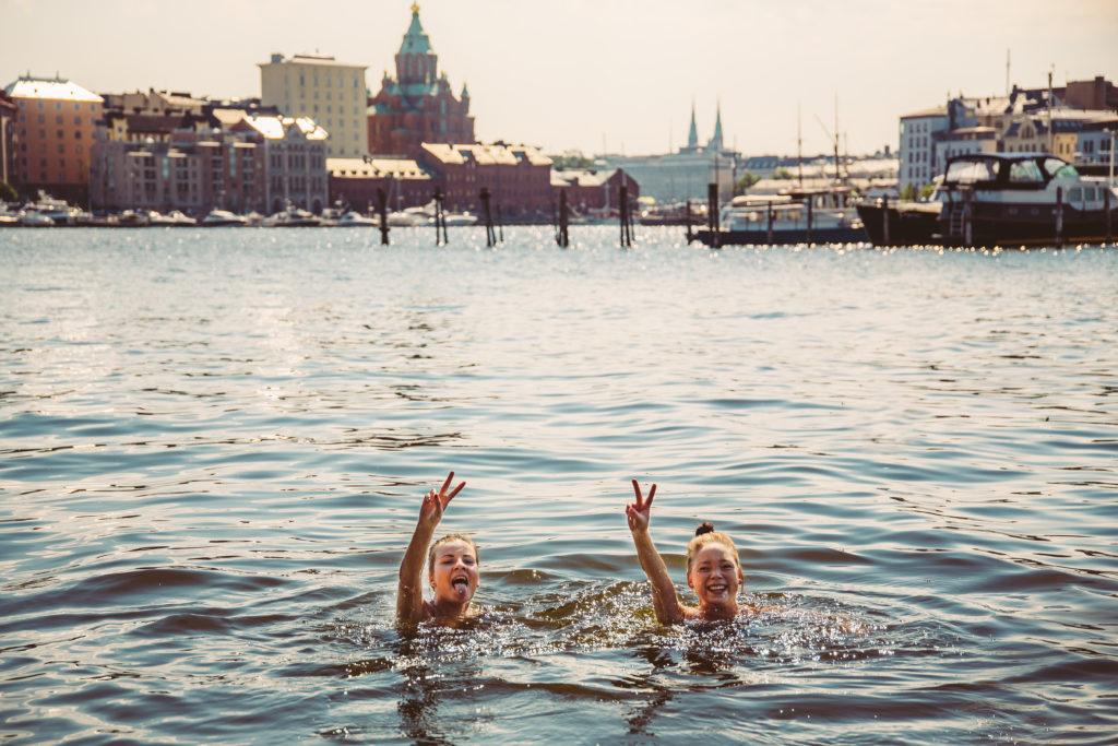 Uimassa Helsingin edustalla